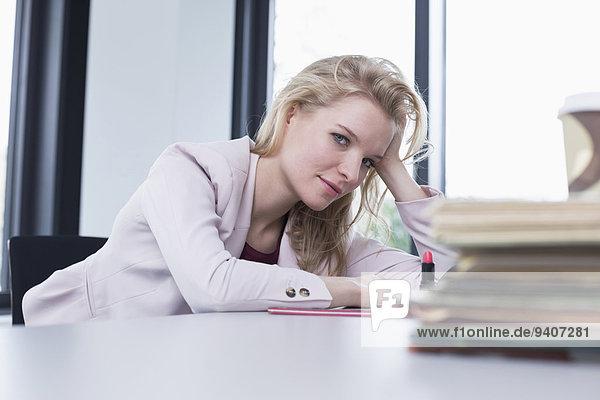 Portrait Geschäftsfrau lächeln Büro