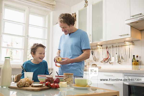 Menschlicher Vater Sohn Apfel Tisch Frühstück abbröckeln