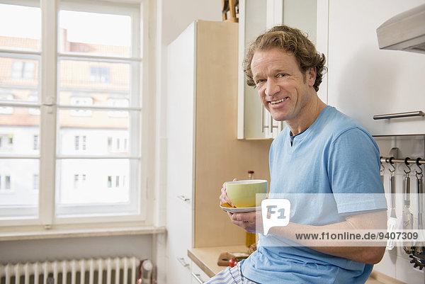 Mann Tasse lächeln Küche Kaffee