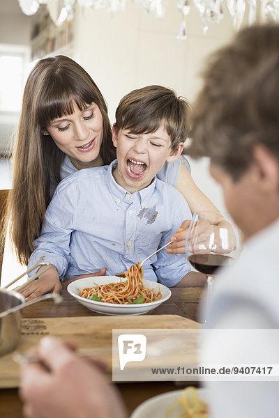 Junge - Person jung Spaghetti essen essend isst Mittagessen