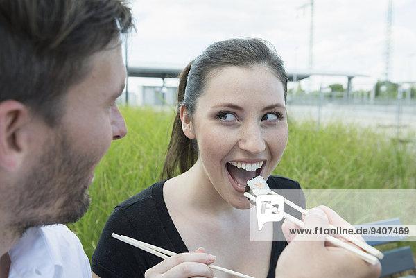Außenaufnahme Fröhlichkeit Sushi essen essend isst freie Natur