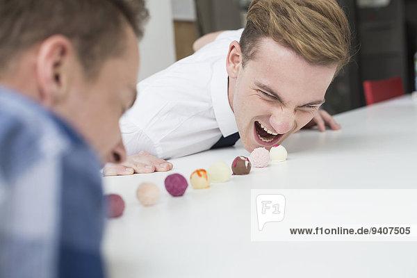 Wettbewerb Schokolade Homosexualität essen essend isst Trüffelpilz Trüffel Wettbewerb,Schokolade,Homosexualität,essen,essend,isst,Trüffelpilz,Trüffel
