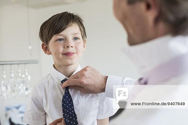 lächeln Menschlicher Vater berichtigen Krawatte