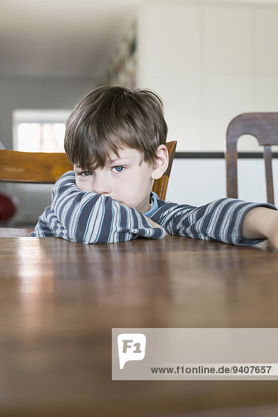 Holztisch angelehnt Portrait Junge - Person Holztisch,angelehnt,Portrait,Junge - Person