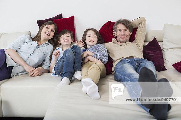 liegend liegen liegt liegendes liegender liegende daliegen Portrait lächeln Couch