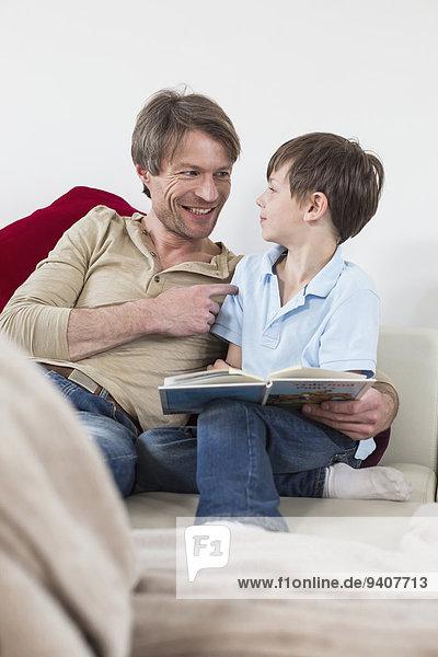 sitzend Buch lächeln Menschlicher Vater Sohn Taschenbuch