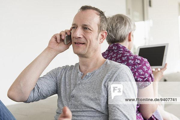 Handy benutzen Frau Mann sprechen reifer Erwachsene reife Erwachsene Tablet PC