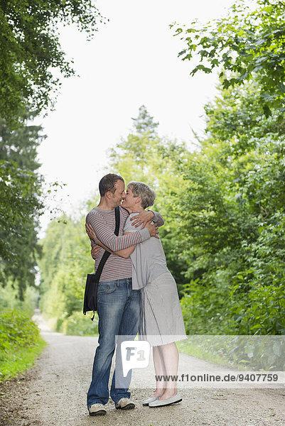 küssen Wald reifer Erwachsene reife Erwachsene