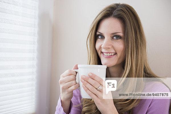 Frau Tasse Fenster lächeln halten reifer Erwachsene reife Erwachsene