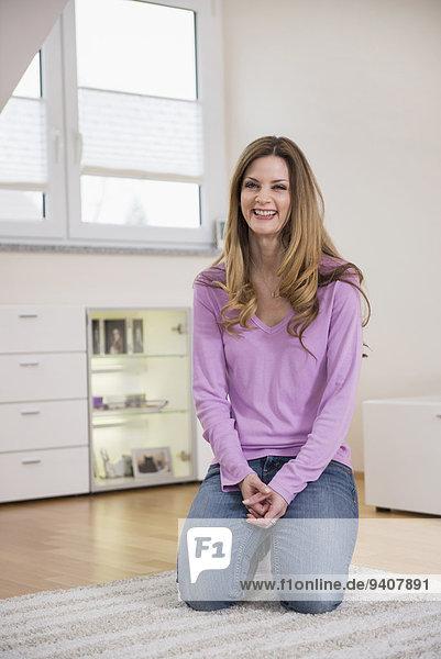 Interior zu Hause Frau Fröhlichkeit reifer Erwachsene reife Erwachsene