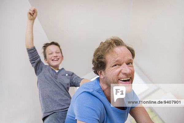 Interior zu Hause Spiel Menschlicher Vater Sohn