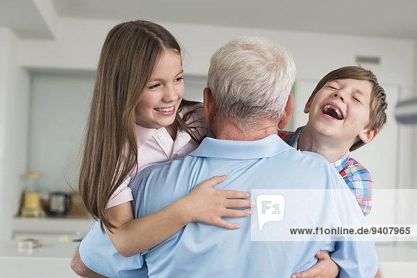 Fröhlichkeit umarmen Enkelkind Großvater