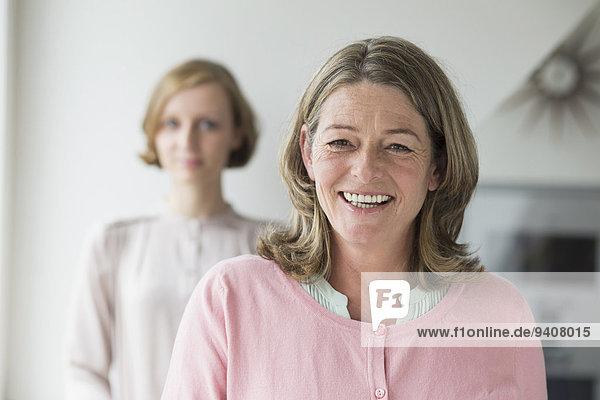 Portrait lächeln Hintergrund Tochter Mutter - Mensch Erwachsener