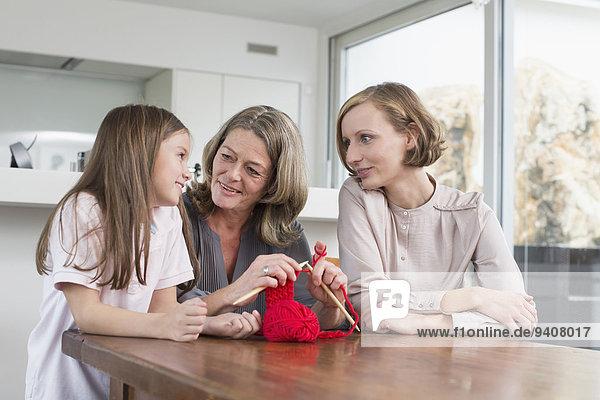 Zusammenhalt Großmutter Tochter Mutter - Mensch stricken