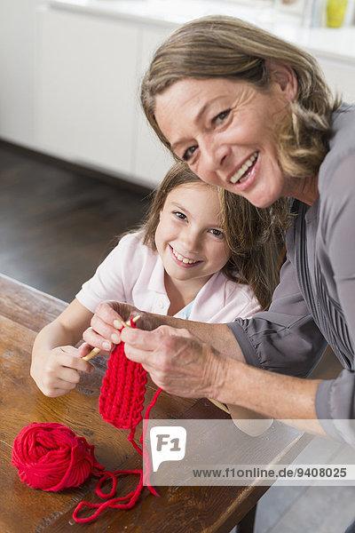 unterrichten Enkeltochter Großmutter stricken