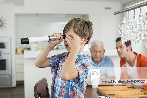 sehen Junge - Person Menschlicher Vater Großvater blättern