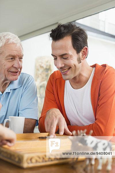 Menschlicher Vater Sohn Backgammon Erwachsener spielen