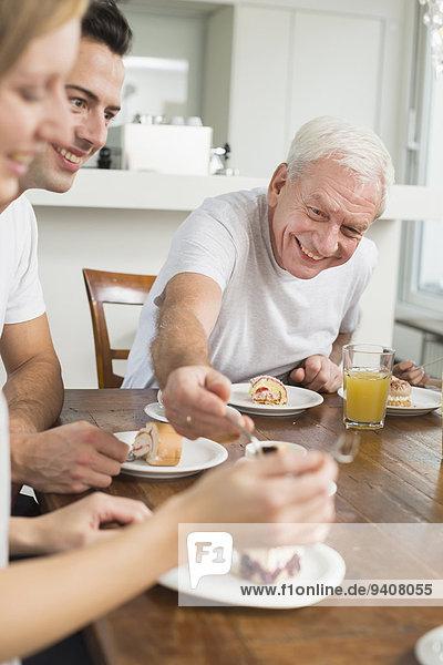 Kuchen essen essend isst Tisch Erwachsener