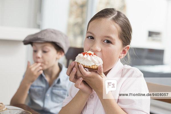 Portrait braunhaarig Kuchen essen essend isst Mädchen