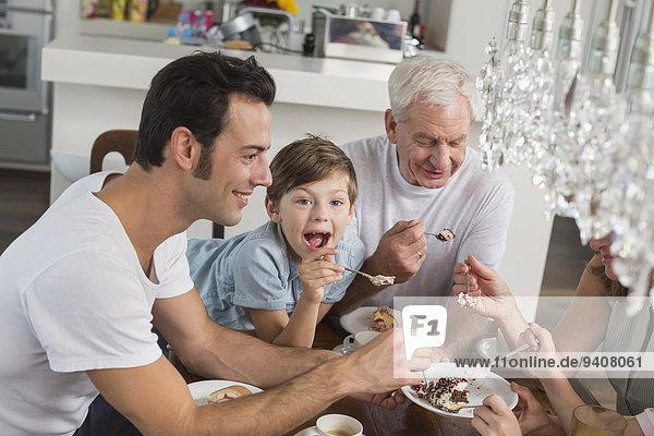 Kuchen essen essend isst Tisch