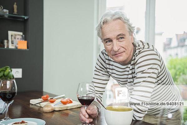Portrait Mann Glas lächeln Wein Küche halten reifer Erwachsene reife Erwachsene