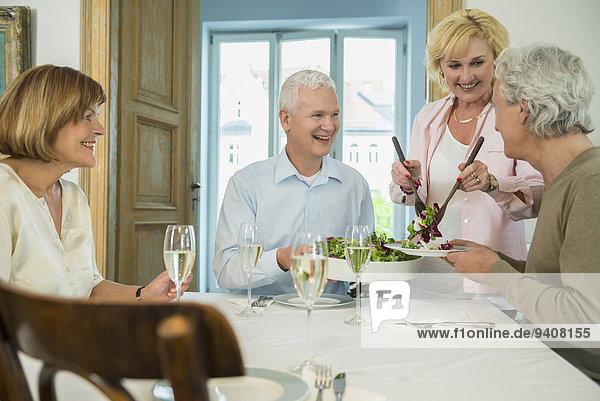 Frau Freundschaft geben lächeln Salat