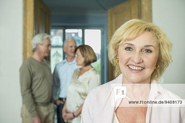 Portrait Frau Freundschaft Wohnzimmer lächeln