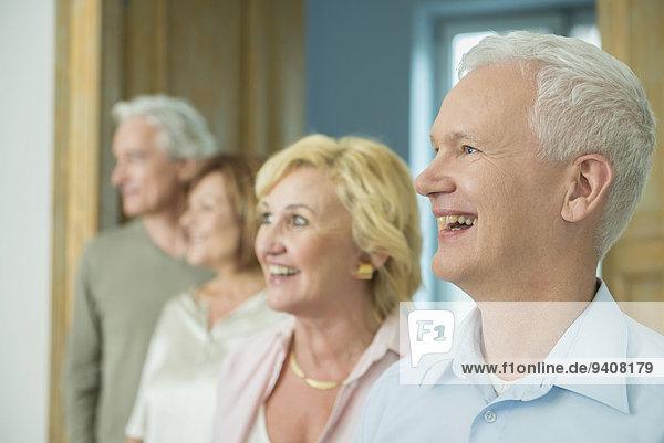 Freundschaft Wohnzimmer sehen lächeln wegsehen Reise