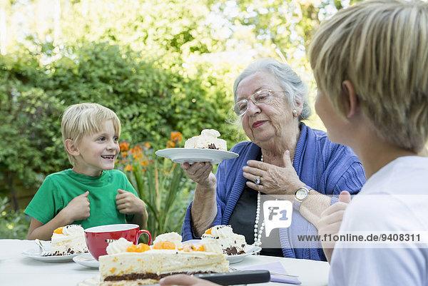 Großmutter Enkelsohn Kuchen 2 Sahne
