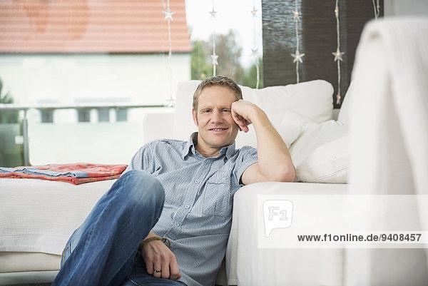 sitzend Mann flach Kopf in den Händen Kopf aufstützen aufstützen
