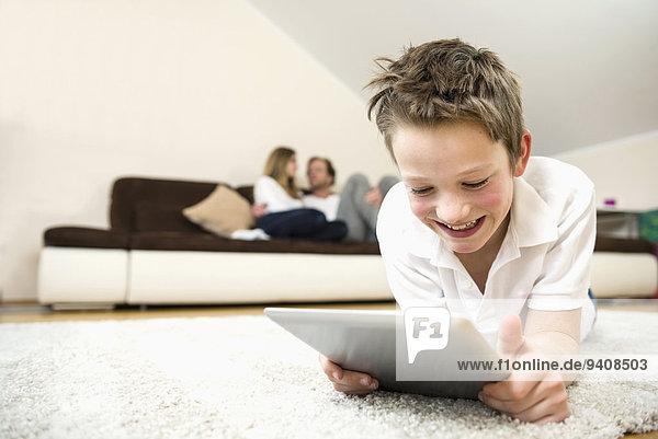 benutzen Fröhlichkeit Junge - Person Zimmer Menschliche Eltern Hintergrund Tablet PC Wohnzimmer