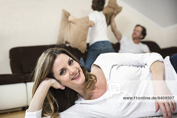 Fröhlichkeit Menschlicher Vater Sohn Zimmer Kampf Kopfkissen Wohnzimmer
