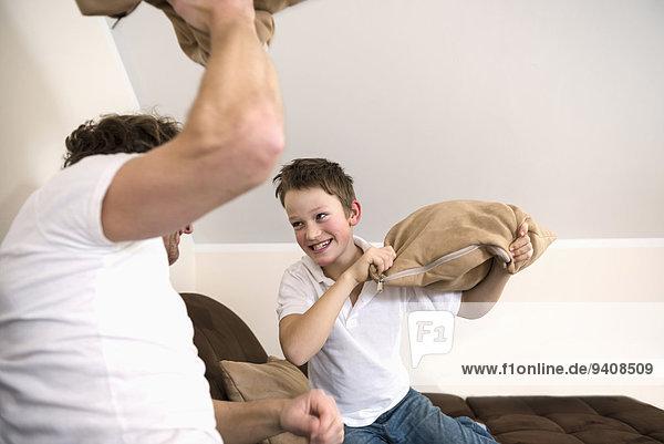 Menschlicher Vater Sohn Zimmer Kampf Kopfkissen Wohnzimmer