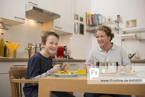 Menschlicher Vater Sohn Küche essen essend isst