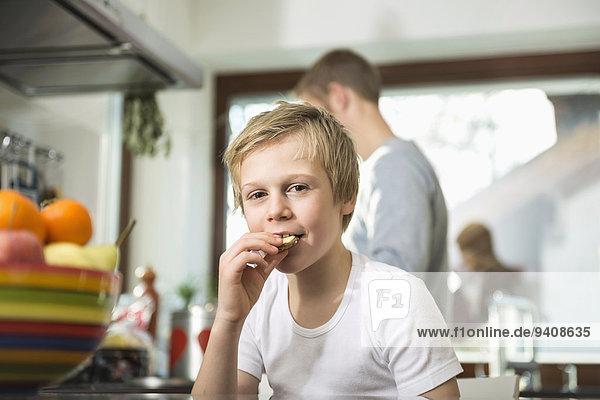 Portrait Junge - Person Küche essen essend isst Keks