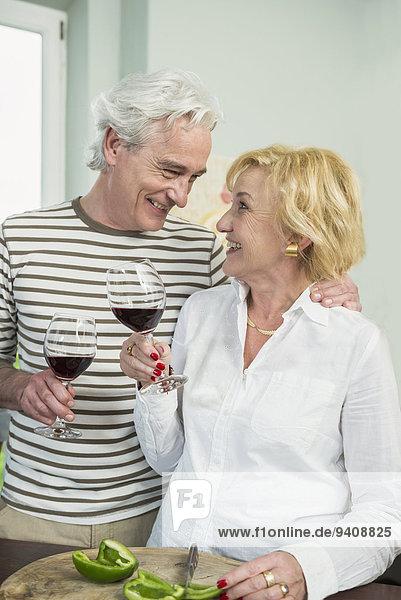 lächeln Wein reifer Erwachsene reife Erwachsene trinken