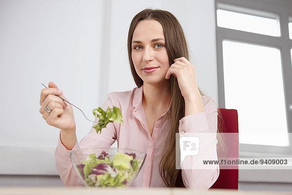 junge Frau junge Frauen Salat Büro Diät essen essend isst Mittagessen