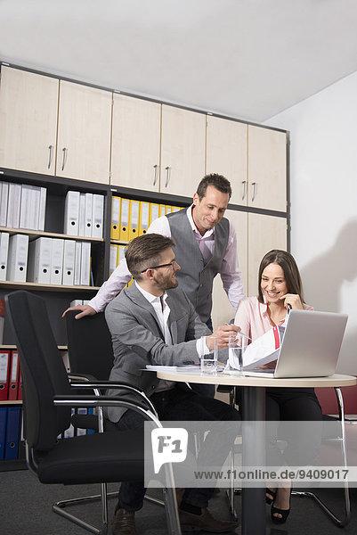 Freundschaft Büro Geschäftsbesprechung Besuch Treffen trifft jung 3 Business