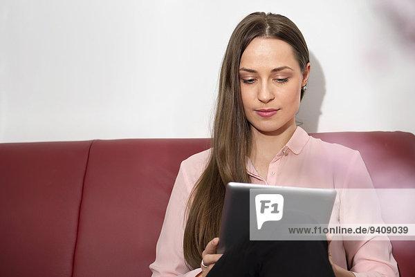sitzend junge Frau junge Frauen Computer Couch lernen Tablet PC