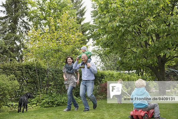 klein Menschliche Eltern Garten 3 spielen