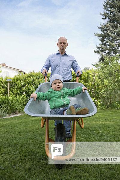 schieben Menschlicher Vater Sohn Schubkarre Garten Baby