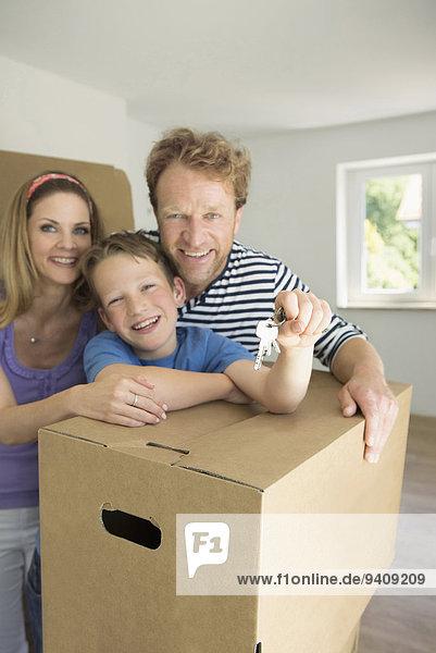 Fröhlichkeit jung Eigentumswohnung Hausschlüssel neues Zuhause