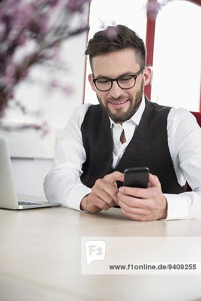 benutzen Mann Schreibtisch Büro Smartphone
