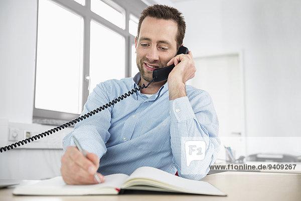 Mann schreiben Telefon Büro Nachricht