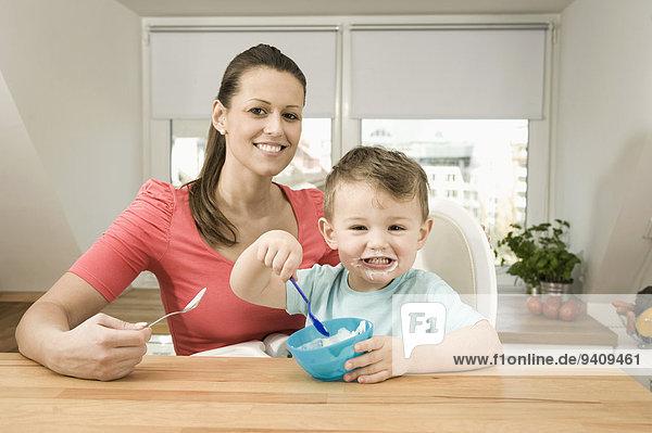 Portrait lächeln Sohn Küche Mutter - Mensch