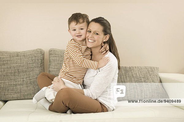 sitzend Portrait Couch lächeln Sohn Mutter - Mensch