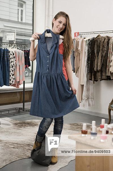 junge Frau junge Frauen lächeln kaufen Laden Mode