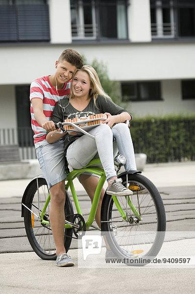 Portrait Jugendlicher zuhören lächeln Musik Fahrrad Rad Klassisches Konzert Klassik