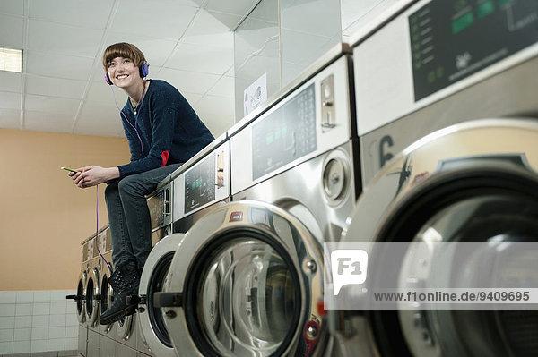 junge Frau junge Frauen zuhören lächeln waschen Maschine hoch oben Musik Klassisches Konzert Klassik