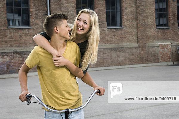 Jugendlicher umarmen lächeln Fahrrad Rad